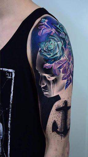 Interessante imagem negativa manga da tatuagem. A tatuagem tem mais a oferecer do que o que parece. Mesmo que ele parece um negativo cópia de uma imagem na vista lisa, quando invertida a perfeita imagem colorida vem de fora.