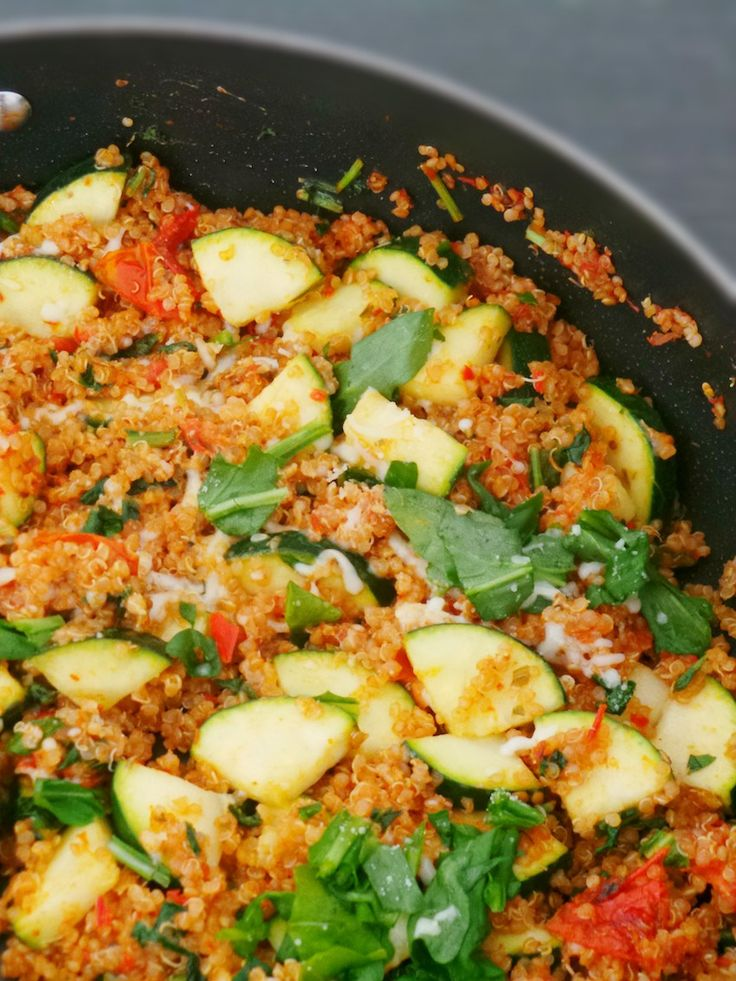 This tomato and basil quinoa risotto for one, takes ridiculously little time and makes a very easy, super healthy lunch or dinner!