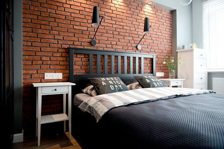 czerwone cegły w sypialni