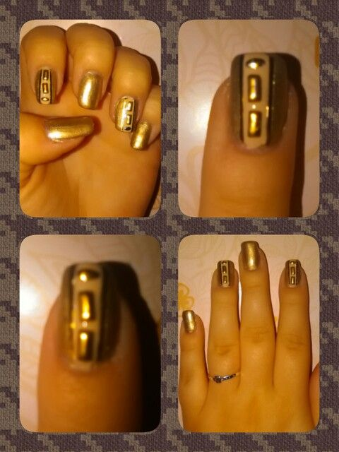 Uñas doradas y beis con decoración dorada