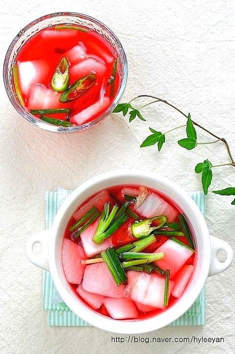 비트물김치~물김치담는법,물김치맛있게담그는법 매력적인 붉은빛깔의 비트물김치로 여름철 입맛을 확~~돋궈...