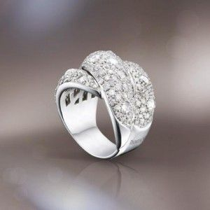 Anillo de oro blanco que juega con el contraste de diamantes en talla rosa y en talla brillante. Un clásico  actualizado!