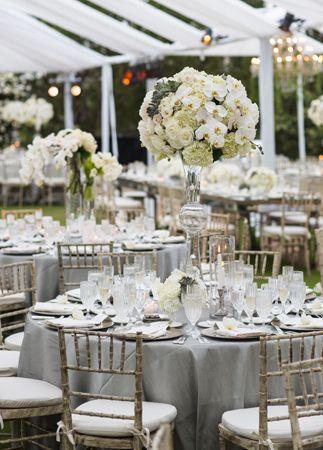 Décoration de table dans les tons gris pour mariage chic #mariage #gris #fleur http://www.mariageenvogue.fr/s/31736_191103_boule-de-fleurs-10cm