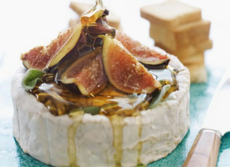 Brie with figs, honey and herbs. Perfect for a night of spanish tapas inspired small plates Cheese Platters, Appetizer Recipes, Brie Appetizer, Holiday Appetizers, Burger Recipes, Snacks Recipes, Easy Recipes, Love Food, Food Inspiration