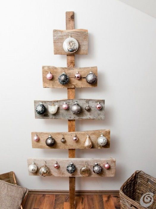Elegant little tree made from wooden planks & decorated with little baubles & ornaments hanging from nails (Un albero di natale fai da te semplice ed elegante) / Casa e trend