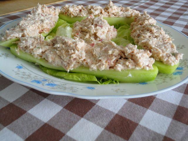 Barquitos de pepino rellenos de atún. Ver receta: http://www.mis-recetas.org/recetas/show/29938-barquitos-de-pepino-rellenos-de-atun