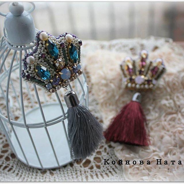 Готовимся к весне,  надеваем короны ;)) брошка корона, можно носить как кулон. Стразы сваровски, бисер, кисти ручной работы из шелковистых ниточек. #питер #владимирскийпассаж #брошка #брошь #broochhandmade #brooches