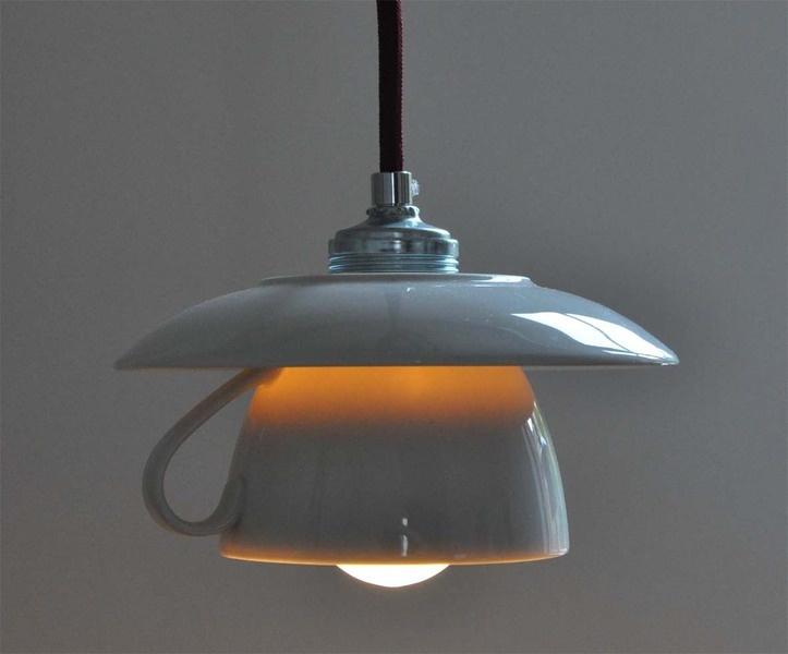Tassenlampenschirm, weiß, mit 1,5m langem BORDEAUXFARBENEM Textilkabel und E27 Fassung als Hängelampe.  ACHTUNG - der Expressversand kann nur mit BORD