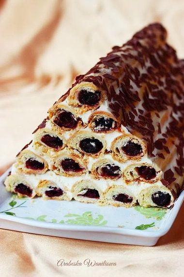 ciasto z kremem i wiśniami