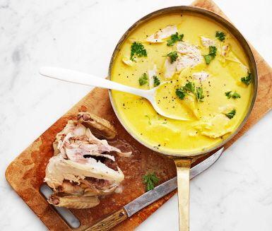 Mumsigt recept på klassisk kyckling i currysås som hela familjen gillar! Du gör det av bland annat kyckling, morot, purjolök, rotselleri, curry, grädde och smör. Servera den härliga rätten med ris och nyttiga grönsaker.