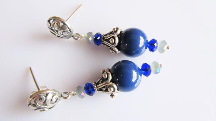 Oorbellen Eva swarovski parels in de kleur lapis lazuli met kleine kristalglas rondelletjes en mooie hoge kralenkap en oorstekers. geheel zilver.
