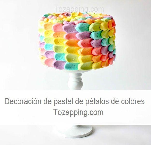 Decoración de pastel de pétalos de colores. Es una forma sencilla y además muy hermosa de decorar cualquier pastel, utiliza objetos cotidianos para decorar