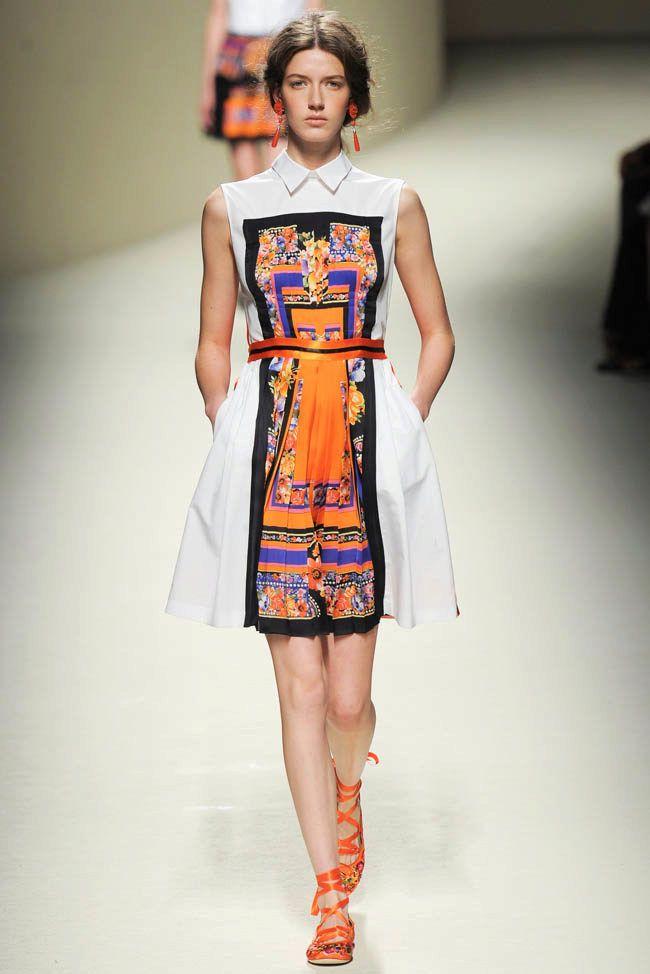 Оранжевые аксессуары к короткому летнему платью