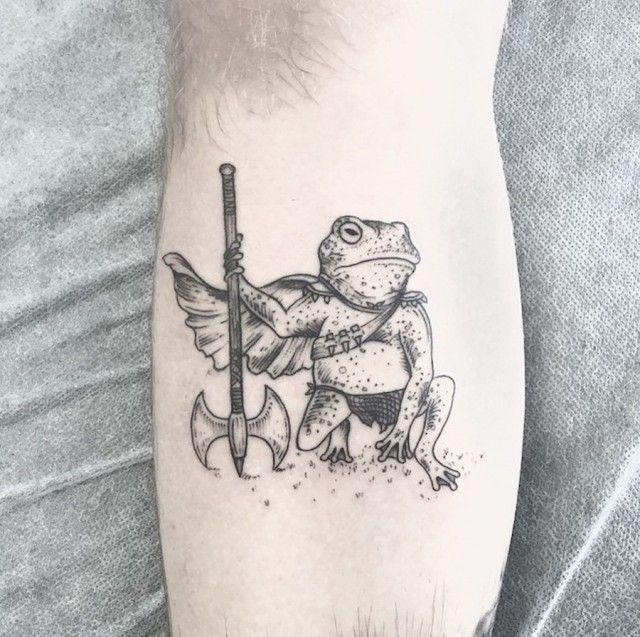 """El sello característico de los tatuajes de Caitlin Thomas son los dibujos monocromáticos, de apariencia simple aunque llenos de detalles. Para la artista su consiga es """"menos es más"""", y bajo este lema, plasma su arte en la piel con delgadas líneas y con la técnica dotwork. """"Siempre me intrigó la ciencia detrás del proceso …"""