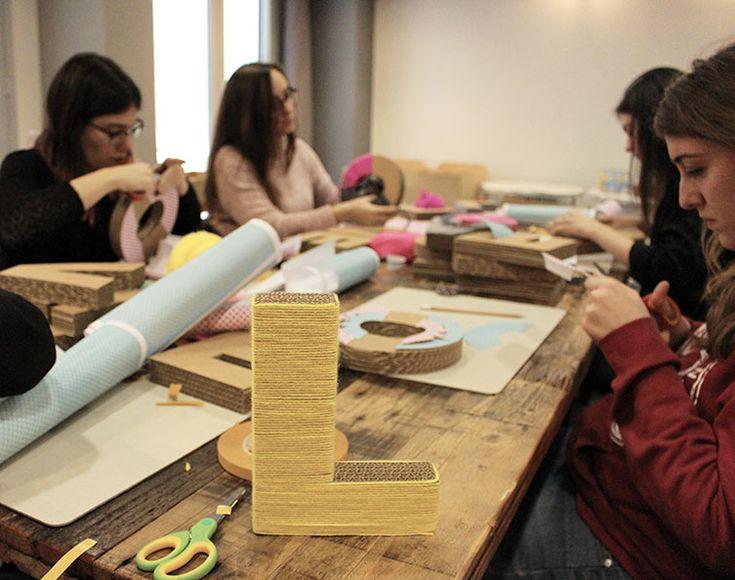 decorare lettere in cartone con lana
