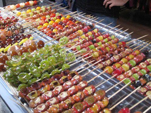 Tanghulu(calebasse bonbon), constitué de fruits sucrés par glaçage et vendu en brochettes.
