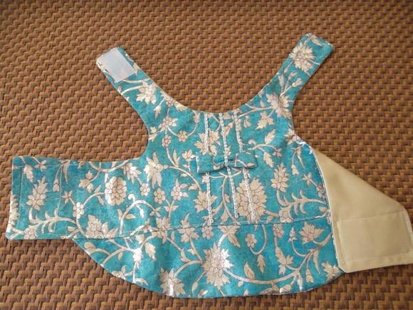 roupa de festa em camurça azul e prata,forrado em cetim,detalhes em strass.fechamento reajustavel em velcro,tamanho médio.
