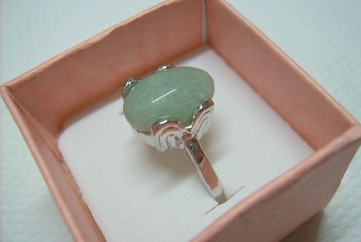 Nikkel színű fém alapú, mesterségesen színezett, ásvány utánzatú gyűrű. Belső átmérő: 18mm. 370.-Ft. A doboz nélkül eladó!