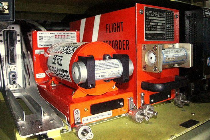 Qué es una caja negra? Caja negra. En la imagen puede verse (a la izquierda) un Flight Data Recorder (FDR Grabador de Datos de Vuelo) en la parte izquierda y un Cockpit Voice Recorder (CVR Grabador de Datos de Cabina) a la derecha montados en la parte trasera del fuselaje de un avión. Cada una de las unidades (FDR y CVR) incluye un Emisor Submarino (ULB) montado en la parte frontal de la caja negra. Realmente lo primero que has de saber es que una caja negra (Black Box) no es de color negro…