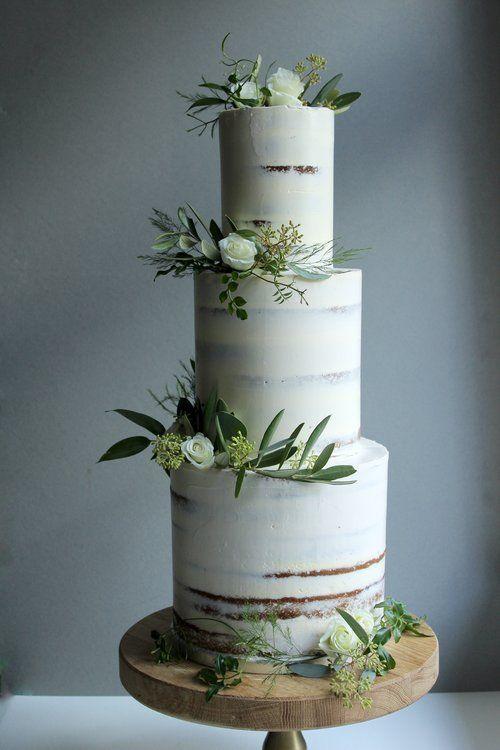 Minimaler halbnackter großer dreistufiger Kuchen. Einfache weiße und grüne Hochzeitstorte.   – Cakes