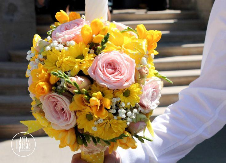 Lumanarea de botez Happy thoughts este special faurita cu trandafiri roz si crizanteme galbene pentru crestinarea unei fetite.