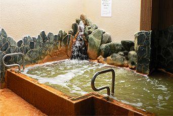 【クア武庫川】   地元の人々に愛される銭湯。入口付近にある自動券売機で入浴券を購入すると、広い脱衣所が。タオルの貸出(有料)があるのも嬉しい。浴室には、気泡や電気などに加えサウナ(有料・無料2種あり)も楽しめる。露天風呂は源泉かけ流し。新鮮な、ナトリウムがたっぷりと含まれた湯は温泉好きにもおすすめ。日頃の疲れをほっこり、癒してみては。
