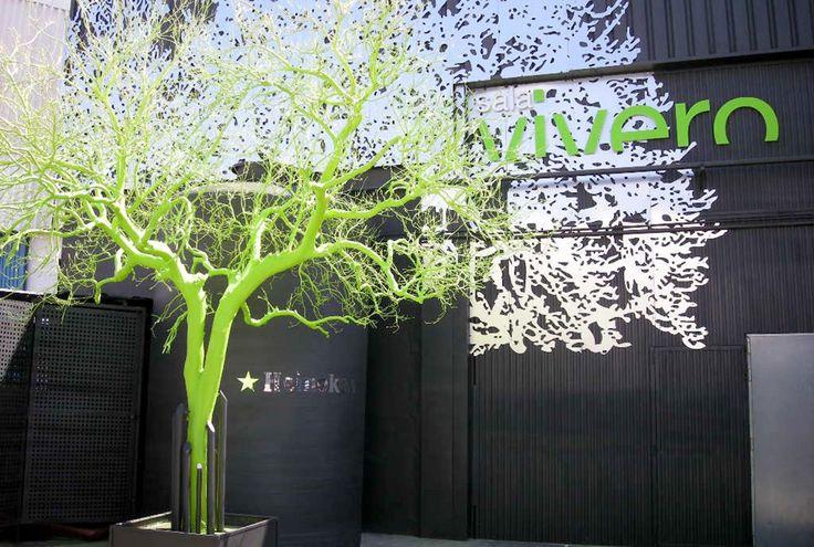 Siluetas sobre fachada en aluminio 3mm, cartel corporeo en metacrilato y columnas tematizadas en espuma de poliestireno y resina