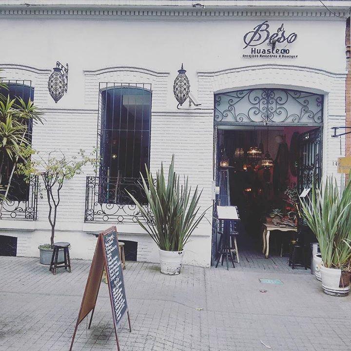 Nos despedimos de otro excelente fin de semana en @elbesohuasteco de #LaRoma. Los esperamos aquí de nuevo el próximo 19 y 20 de Diciembre en nuestra última venta del año. Recuerden que tendremos una selección de la mejor #Artesanía y #artePopular de #Oaxaca #Guerrero #Chihuahua y #Puebla todo #HehoenMexico. #Arte #Joyeria #EstiloMexicano #MadeinMexico #Handmade #Plata #MataOrtiz #Alebrijes #Tona #Nahual #Madera #Maderatallada #Mexico #DF #CDMX por estilomexicano en Instagram…