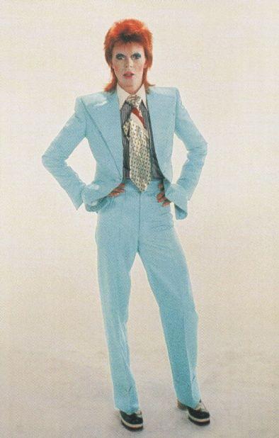 David Bowie, en 2004, la revista Rolling Stone le posicionó en el puesto número 39 de su lista de los cien artistas de rock más importantes de todos los tiempos y en el puesto 23 de su lista de los mejores cantantes de todos los tiempos. En 1972, en plena era del glam rock, créo su extravagante y andrógino álter ego Ziggy Stardust,  su exitoso sencillo «Starman» y el disco The Rise and Fall of Ziggy Stardust and the Spiders from Mars.