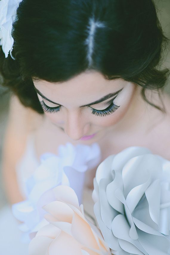 Pestanas longas! Usem e abusem!  Long eyelashes! Uau! #casar #makeup #noiva Paper flower themed bridal inspiration | flowers by Khrystyna Balushka Paper Floral Artistry  | photo by Elisheva Golani | 100 Layer Cake