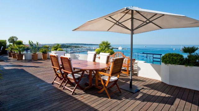Con la sua vista mozzafiato sulla baia di Cannes, la Penthouse Suite dell'Hôtel Martinez è una delle più care in tutta la Francia. Gli ospiti della suite possono godersi il clima meraviglioso dal terrazzo al settimo piano, oltre a una serie di servizi da nababbo: una cucina, un bagno di marmo, gli arredi in stile libery. Una notte costa circa 37.000 euro.