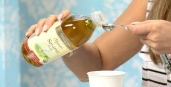 """Esta técnica para eliminar mal aliento, placa, sarro y bacterias de la boca es antigua y es mejor conocida como: """"gundusha"""" o """"Kavala"""", una cucharada de aceite en la boca con el estómago vacío durante 15-20 minutos. Esta es una forma muy efectiva de limpiar el cuerpo de toxinas y mejorar la salud oral y"""