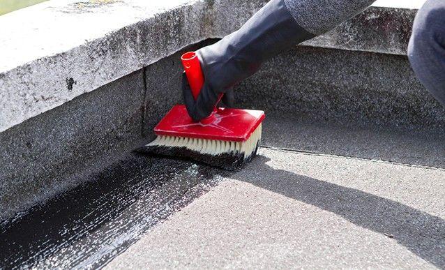 appliquer un produit d'étanchéité sur le toit terrasse