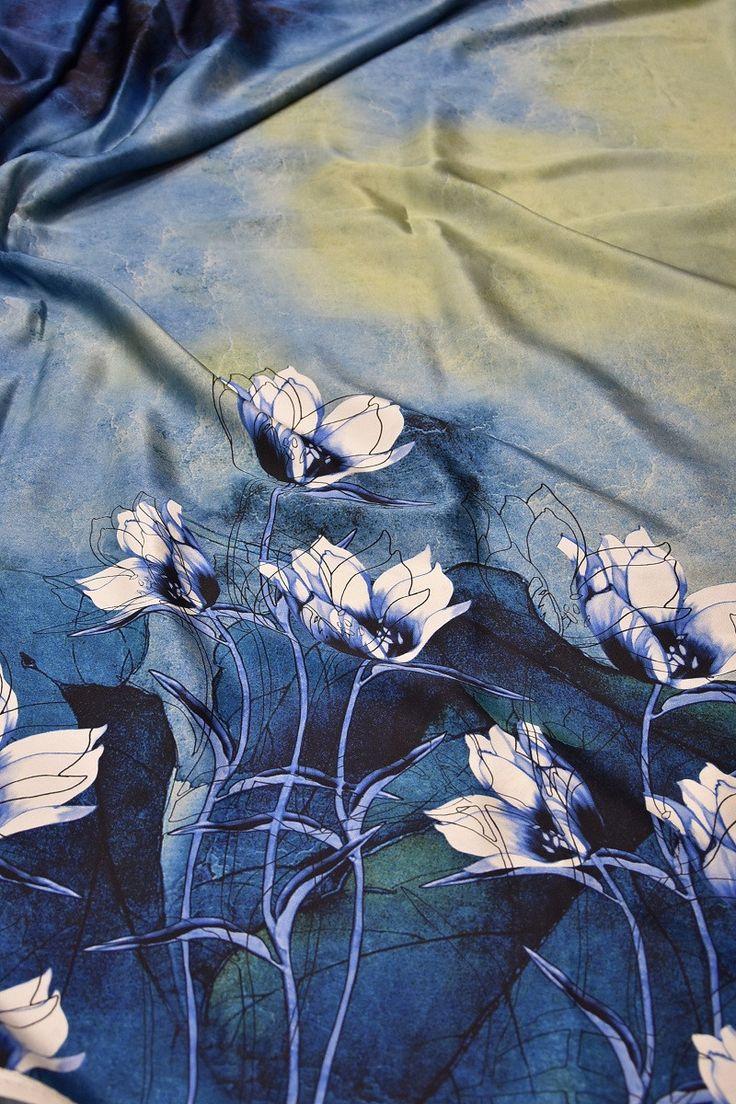 Купить Шелк атласный очень плотный голубой акварельный фон кайма из белых лилий Blumarine (1497) в интернет-магазине AltaModa бутик итальянских тканей по доступной цене.