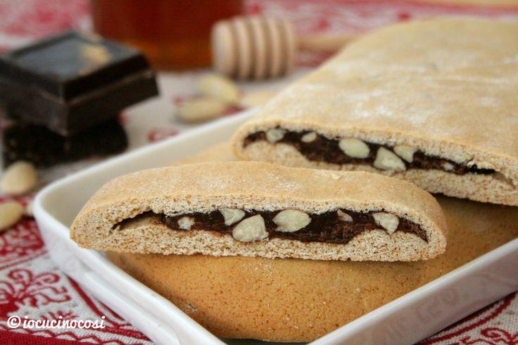 I mostaccioli farciti o mostacciolo torrone sono dei biscotti al miele con un ripieno di cioccolato, miele di fichi e mandorle.