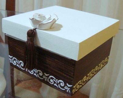 caja estarcido blanco sobre marrón oscuro