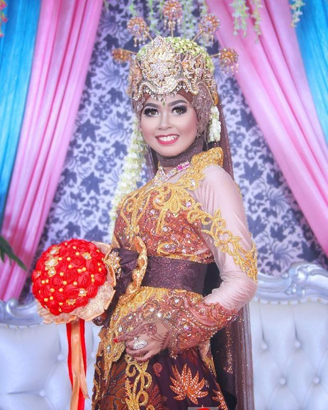 single pose oleh pengantin @indah_hrn  #weddingku #weddingmakeup #weddingday #weddingjakarta #weddingtangerang #wedding #weddingphoto #weddingshoot #weddingorganizer #prewedding #inspirasiprewedding #mua #makeup #photograper #photography #bahrulallanphotography http://gelinshop.com/ipost/1522027721981730094/?code=BUfVCYrBJ0u
