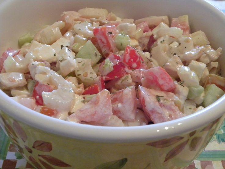 Un'idea freschissima per l'estate, l'insalata di pollo con verdure e formaggio condita con yogurt greco è davvero goduriosa, pur rimanendo light! Senza mai