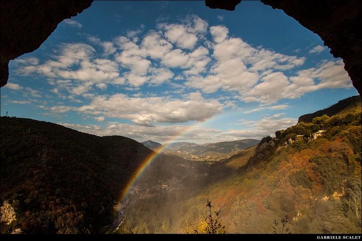 Gli ultimi raggi di sole sul pulviscolo delle Cascate delle Marmore hanno creato un bellissimo arcobaleno. Gabriele Scalet
