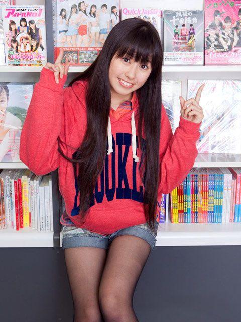 佐々木彩夏さんのショートパンツ姿