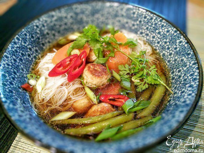 Тайский суп с фрикадельками  Куриный бульон и нарезанные овощи нужно подготовить заранее. Быстрота — один из главных принципов приготовления блюд азиатской кухни. #готовимдома #едимдома #кулинария #домашняяеда #суп #обед #фрикадельки #тайский