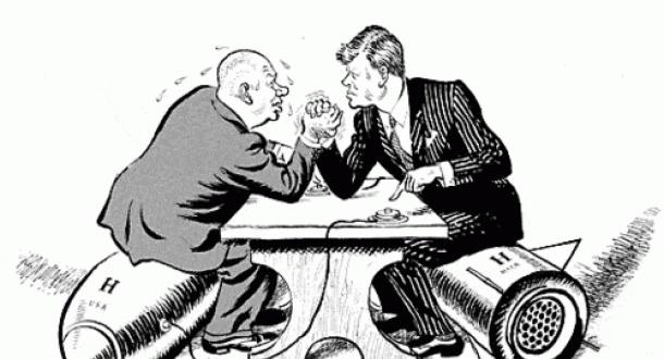 Een stap in de goede richting zien als een concessie./ Het gevolg is dat de haviken in de Sovjet Unie en in de Verenigde Staten elkaar in de kaart spelen, waarbij elk de daden van de ander gebruikt om zijn eigen stellingname te rechtvaardigen. Chroesjtsjov Kennedy