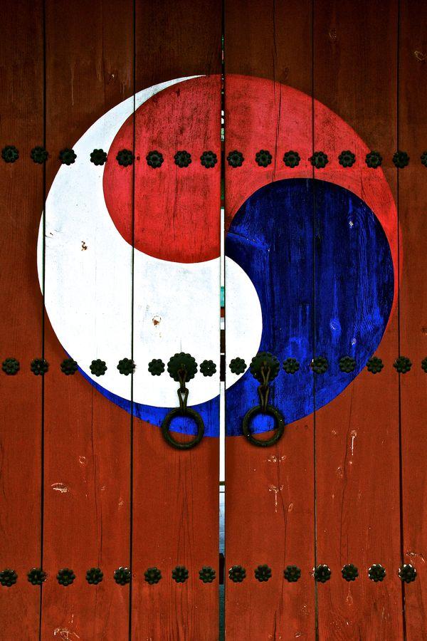Traditional Doors to a shrine in #Ulsan, Korea