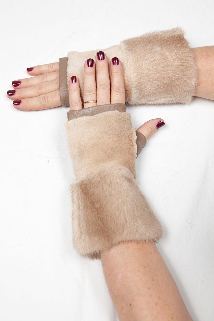 Mitaines en Fourrure de Vison et Cuir Terra http://www.fourrure-privee.com/fr/vente-accessoires-fourrure/gants-sacs/mitaines-en-fourrure-de-vison-et-cuir-terra-1137