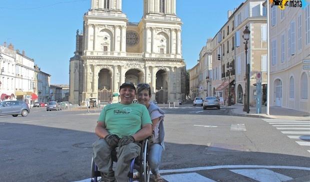 Miguel, Eva y al fondo la Catedral de Auch