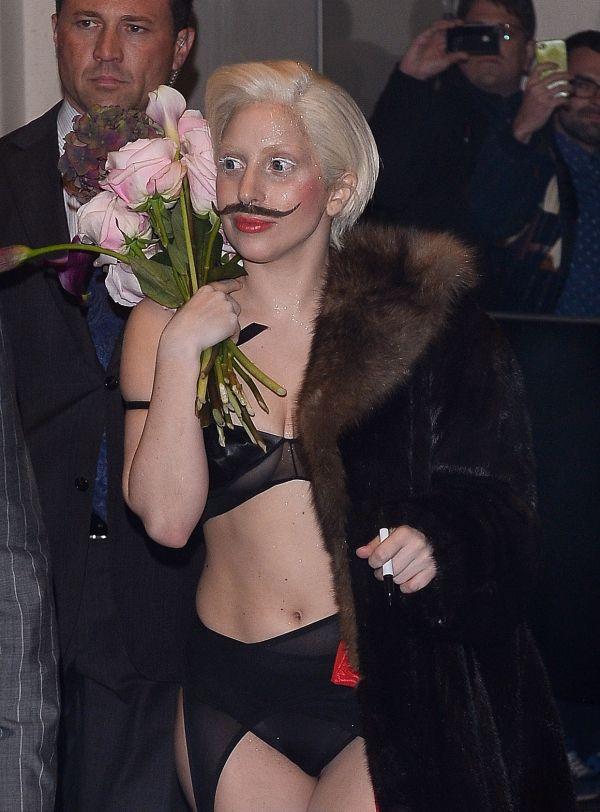 Διάσημη τραγουδίστρια, έκανε επίσημη, (σέξι) εμφάνιση με... μουστάκι! Φωτογραφίες - Tlife.gr