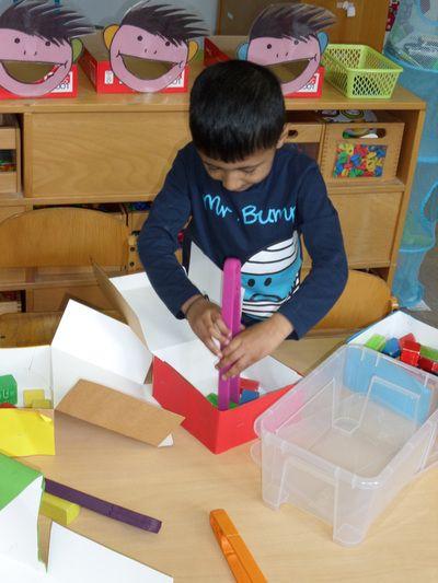thema bakker: taartdozen, tang en houten blokken (kleuren sorteren of vrij experimenteren)