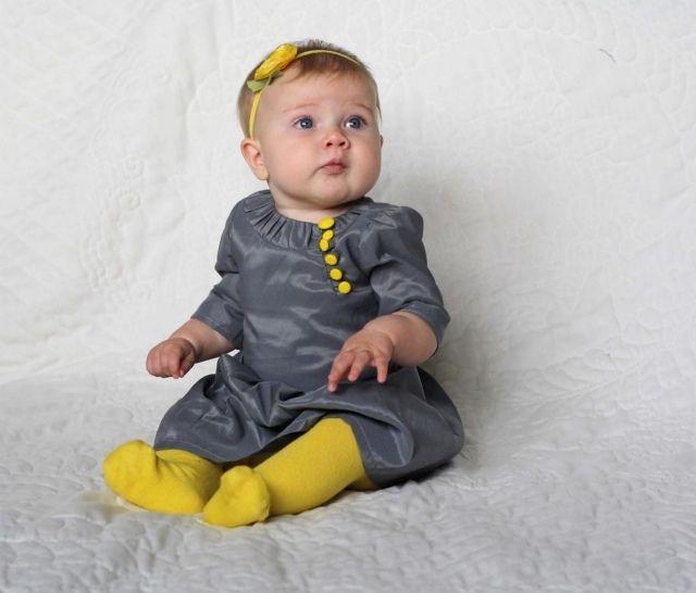 babykleidung mädchen dunkelgraues kleid senfgelbe akzente