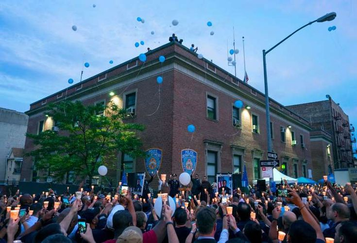 Best photos of 2017 - December 30, 2017:  Police officers and community members release balloons during a vigil in front of the New York Police Department's 46th Precinct during a tribute to police officer Miosotis Familia in the Bronx borough of New York on July 8, 2017. Familia was shot to death early Wednesday, ambushed inside her command post by an ex-convict, who was later killed after pulling a gun on police.