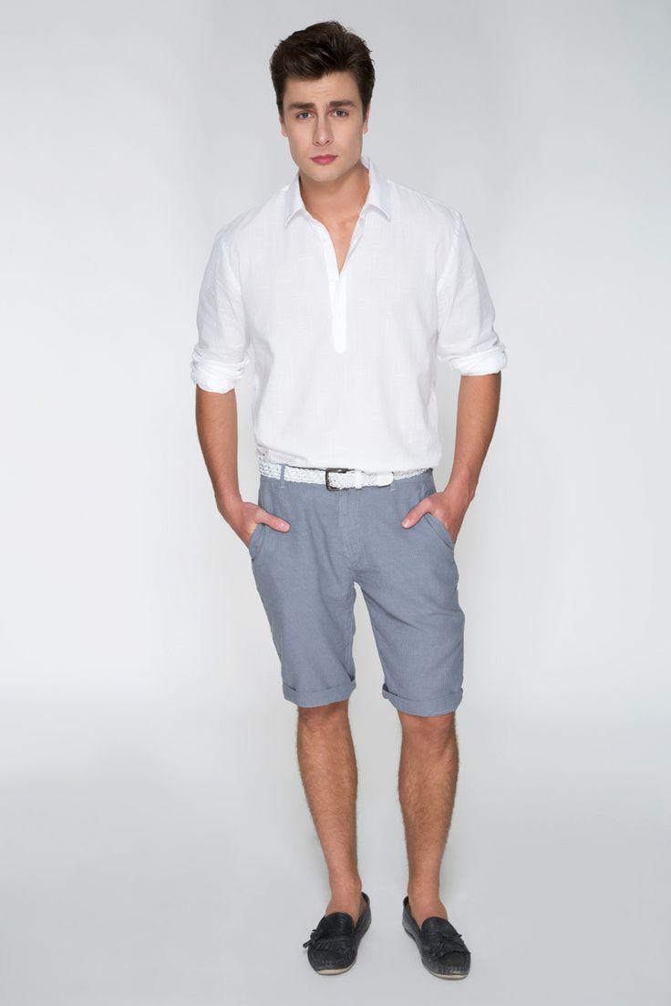 A bata branca de linho e a bermuda azul com barra dobrada deixam o seu momento de lazer, nas férias ou final de semana, mais sofisticado, sem perder o conforto.